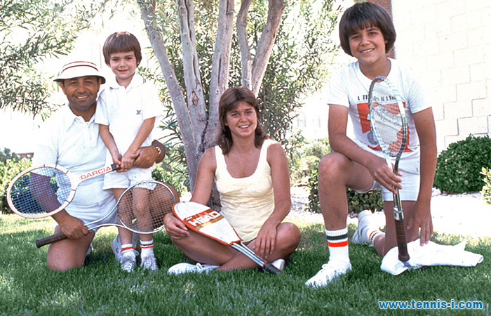 Mike Agassi and children